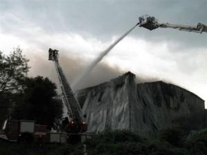 Grossbrand in einer Lagerhalle im Aluwerk