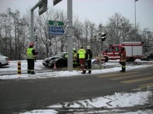 Person im Fahrzeug nach Kollision eingeklemmt