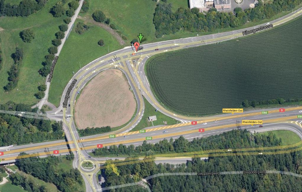 Fahrzeugbrand vor Lichtsignalanlage bei Autobahnanschluss Rheinfelden