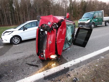 Verkehrsregelung. Sperrung nach Verkehrsunfall mit 5 Fahrzeugen